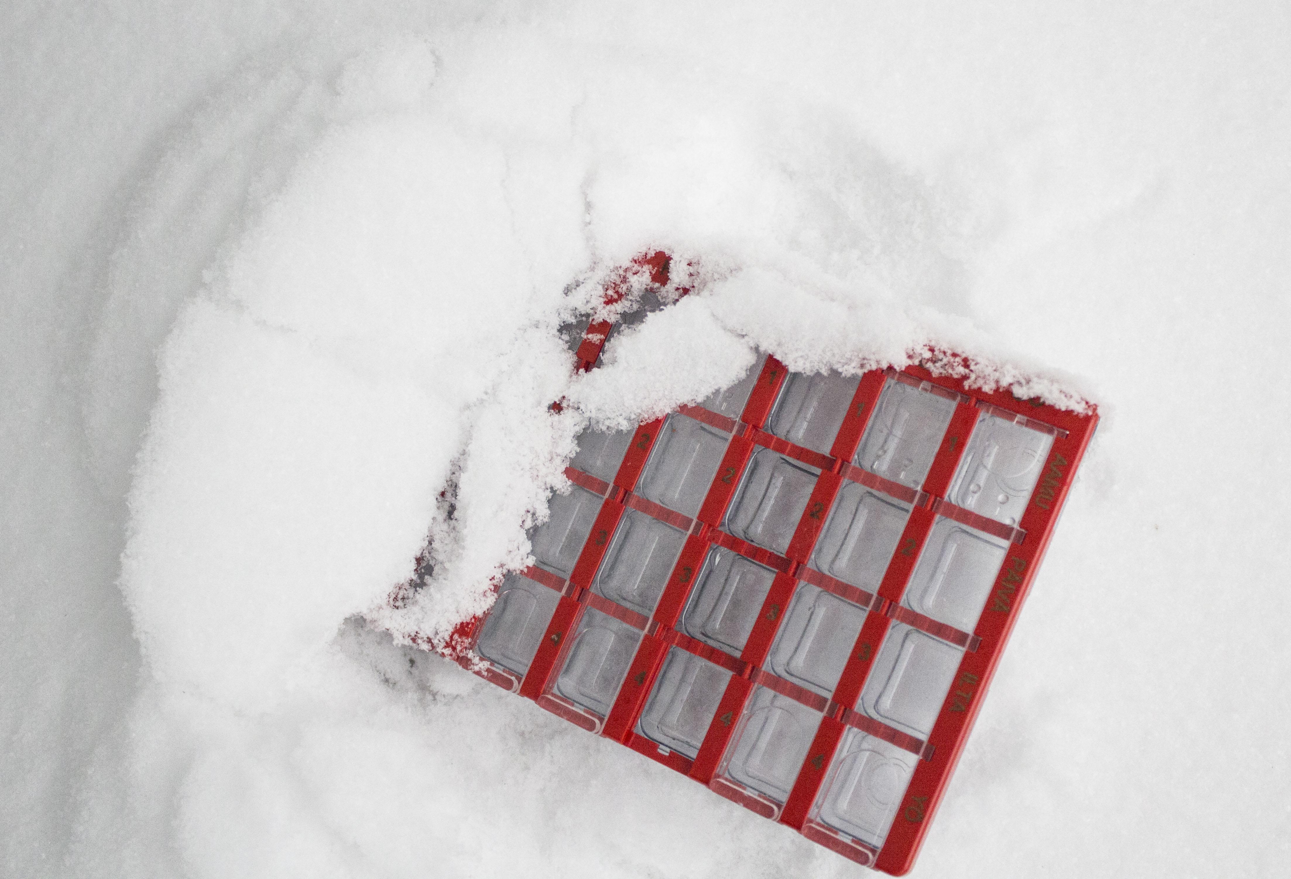 Lumessa oleva lääkedosetti.
