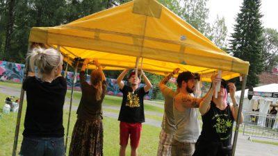 YAD:n nuoria festareilla pystyttämässä telttaa.