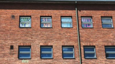 """Kuva ikkunoista, joissa lukee: """"Haista sinä huume vittu"""""""