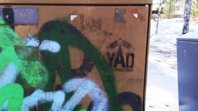 YAD:n logo maalattu sähkökaapin seinään.