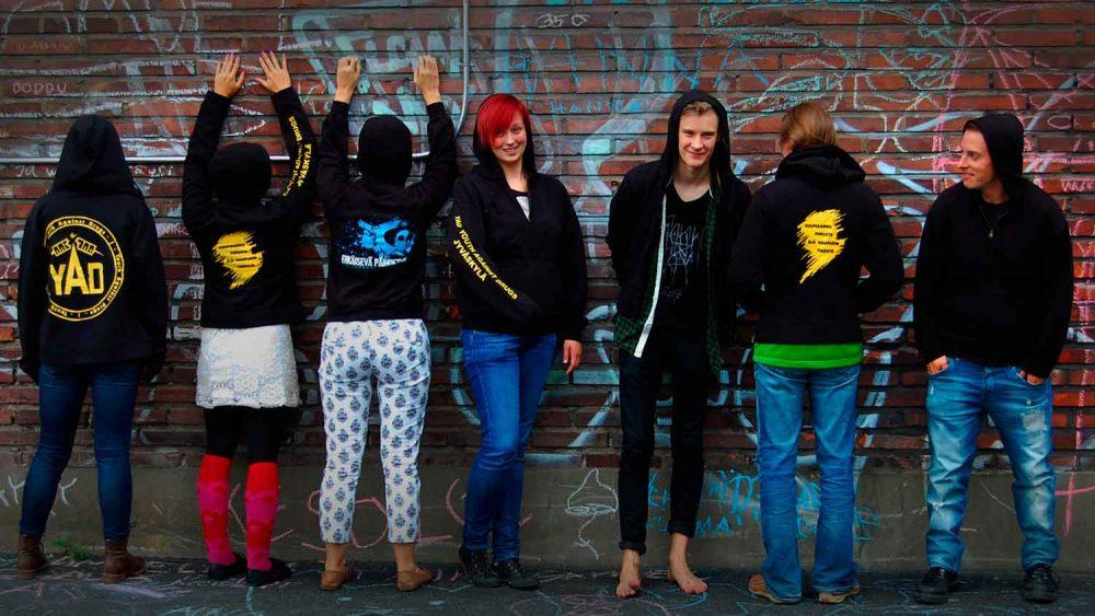 Kuvassa ryhmä nuoria hupparit päällä.