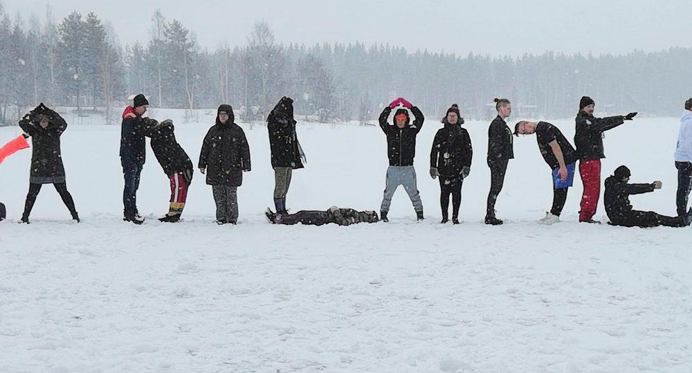"""Kuva talvileiriltä 2019: ihmiset muodostavat sanan """"yadilainen"""""""