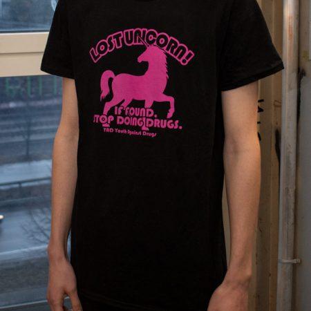 Kuva paidasta, jossa pinkki yksisarvisen kuva ja teksti: Lost Unicorn! If found, stop doing drugs.