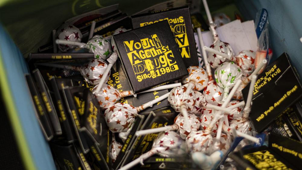 Kuva laatikosta, jossa on tikkareita ja Youth Against Drugs Since 1988 -tekstillä varustettuja kondomipaketteja.