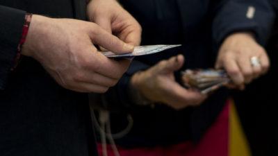 Kuva YAD:n tarroista ja kahden ihmisen käsistä, jotka pitelevät niitä.