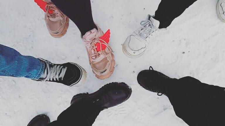 Nuorten jalkoja, lunta